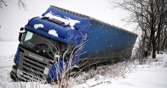 Trudne warunki pogodowe panują we wschodniej i południowo-wschodniej części Polski. W związku ze śnieżycami strażacy interweniowali ponad 400 razy. Kilkadziesiąt tysięcy odbiorców było w poniedziałek wieczorem bez prądu. W Białymstoku w związku z sytuacją pogodową zebrał się miejski sztab kryzysowy.
