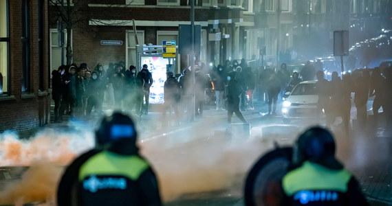 W Rotterdamie w Holandii w poniedziałek wieczorem na ulice znów wyszli ludzie, aby protestować przeciw godzinie policyjnej, wprowadzonej przez rząd kilka dni temu w ramach walki z pandemią koronawirusa. To trzeci dzień z rzędu, w którym Holendrzy buntują się przeciwko ograniczeniom.