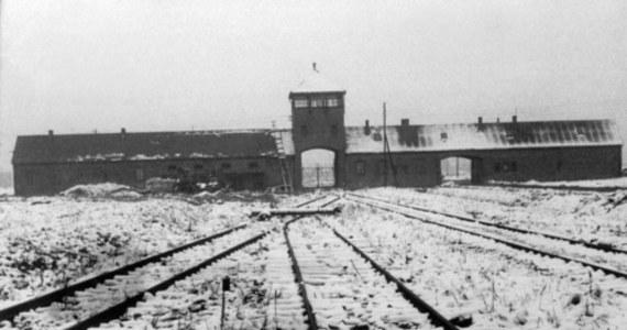 27 stycznia 1945 r. żołnierze Armii Czerwonej otworzyli bramy niemieckiego obozu Auschwitz. Skrajnie wyczerpani więźniowie, których było w nim jeszcze ok. 7 tys. - w tym pół tysiąca dzieci - witali ich jako wyzwolicieli.