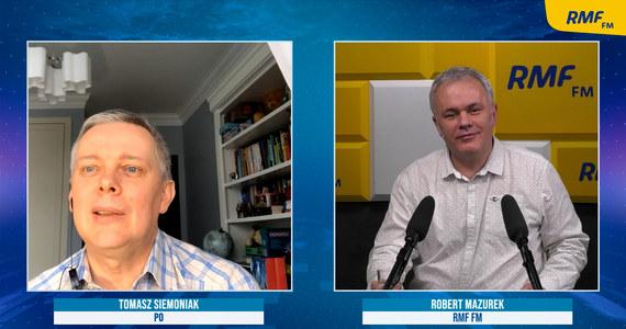"""""""Donald Tusk jest aktywny w mediach, rozmawia z wieloma ludźmi, dzwoni, natomiast w niedzielę nic nie napisał. Byłem tym zdziwiony, ale taka jest jego decyzja. Widać uznał, że być może ściągnie to na niego negatywną uwagę"""" – powiedział Tomasz Siemoniak w Porannej rozmowie w RMF FM komentując obchody 20-lecia Platformy Obywatelskiej. """"PO nigdy nie słynęła z hucznego świętowania ważnych rocznic"""" – dodał wiceszef Platformy Obywatelskiej. Robert Mazurek zapytał swojego gościa także o ostatnie odejścia Joanny Muchy i Jacka Burego z partii. """"To przykra wiadomość. Nie chcę mówić, że nic się nie stało"""" - przyznał polityk."""
