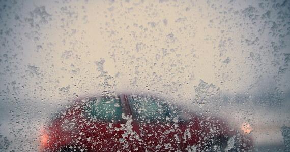 Tysiące gospodarstw bez prądu, powalone drzewa i utrudnione warunki na drogach – to bilans ataku zimy w Polsce. Warto uważać na zalegające na drogach błoto pośniegowe. Według prognoz synoptyków natomiast zima w najbliższym czasie nie odpuści. Spodziewajmy się kolejnych opadów śniegu.