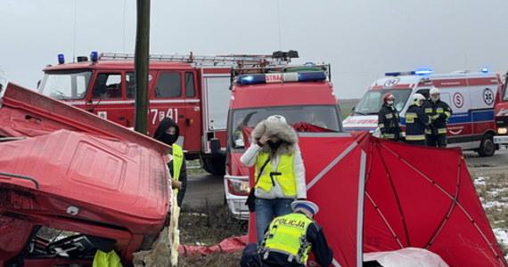 """Na niestrzeżonym przejeździe kolejowym w pobliżu miejscowości Chociszewo w województwie lubuskim samochód ciężarowy wjechał pod pociąg osobowy. W wypadku zginął kierowca ciężarówki. """"Podróżnym i obsłudze pociągu nic się nie stało"""" – poinformował rzecznik lubuskich strażaków Dariusz Szymura."""