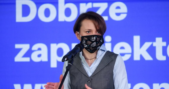 """""""Popełniłam błąd i bardzo za to przepraszam. Politykom wolno mniej, zwłaszcza w tak trudnej sytuacji jak pandemia"""" - tak była minister wicepremier Jadwiga Emilewicz w rozmowie z Interią skomentowała głośny wyjazd swoich synów na narty. Sprawę ujawnił portal tvn24.pl. """"To, że mój wyjazd z dziećmi, ich trening, był zgodny z przepisami prawa, a ja sama - co chyba umknęło uwadze mediów - nie jeździłam na nartach, nie zmienia faktu, że to wszystko było - najdelikatniej mówiąc - niestosowne"""" - dodała posłanka."""