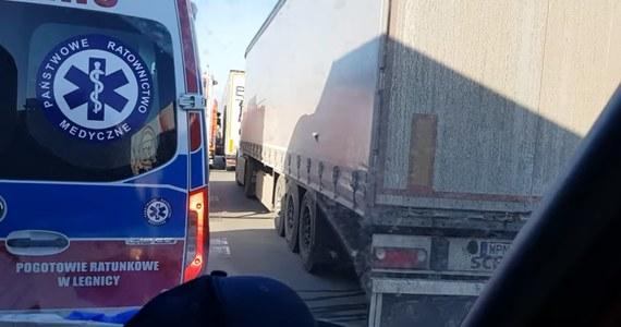 """Nie żyje pasażer busa - to tragiczny finał wypadku, do którego doszło na dolnośląskim odcinku autostrady A4. Na miejsce wezwano straż pożarną z Brochocina. Dojazd do wypadku był utrudniony, bo kierowcy nie stworzyli tzw. korytarza życia. Strażacy przypominają: """"Korytarz życia to wasz obowiązek"""". Za uniemożliwienie służbom dojazdu do poszkodowanych grozi do 500 zł mandatu."""