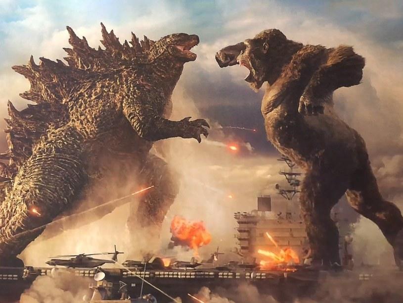 """""""Godzilla vs. Kong"""" w reżyserii Adama Wingarda to pierwszy prawdziwy """"blockbuster"""" ery pandemii. Miano to miał zyskać inny film studia Warner Bros., """"Tenet"""" Christophera Nolana, ale nie poradził sobie w kinach najlepiej. Trzeba było poczekać osiem miesięcy na hollywoodzką produkcję, której wyniki kasowe będą robić wrażenie."""