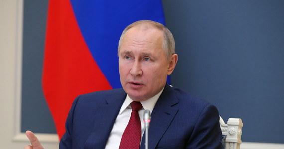 Rosję i Europę łączą sprawy fundamentalne, w tym kultura, ale należy wyzbyć się fobii w stosunkach – oznajmił w środę prezydent Rosji Władimir Putin. Rosyjskie MSZ oświadczyło zaś, że działania UE w sprawie Aleksieja Nawalnego stawiają współpracę pod znakiem zapytania.