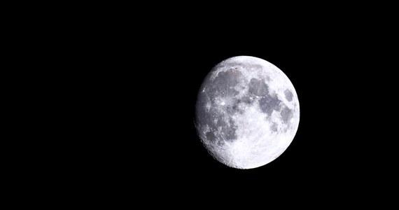 """W noce bezpośrednio przed pełnią Księżyca kładziemy się później spać i śpimy krócej - piszą na łamach czasopisma """"Science Advances"""" naukowcy z University of Washington, National University of Quilmes w Argentynie i Yale University. Ich badania pokazały, że nasz rytm snu podąża za liczącym sobie 29,5 dnia cyklem faz Księżyca, w dużej mierze niezależnie od tego, czy mieszkamy w mieście, czy w rejonach świata, gdzie praktycznie nie ma dostępu do światła elektrycznego. Efekt wiąże się prawdopodobnie z tym, że przed pełnią Księżyc staje się na wieczornym niebie istotnym źródłem naturalnego światła, z czego już nasi pierwotni przodkowie nauczyli się korzystać."""