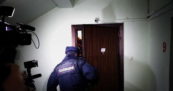 Policja w Moskwie zakończyła rewizję w mieszkaniu Aleksieja Nawalnego w dzielnicy Marjino, po czym funkcjonariusze zabrali ze sobą brata opozycjonisty - Olega Nawalnego, który znajdował się w tym lokalu - podał w środę wieczorem portal MBCh Media.