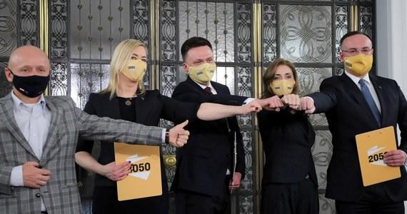 Gdyby wybory parlamentarne odbywały się w najbliższą niedzielę na Zjednoczoną Prawicę zagłosowałoby 29 proc. badanych, deklarujących udział w głosowaniu, na Polskę 2050 Szymona Hołowni - 24 proc., na Koalicję Obywatelską - 21 proc. badanych - wynika z sondażu Social Changes dla portalu wPolityce.pl.