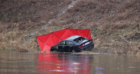 Tragiczne zdarzenie w Gorzowie Wielkopolskim. W Warcie znaleziono samochód, a w nim ciało mężczyzny. Na razie nie wiadomo, dlaczego pojazd wpadł do rzeki.