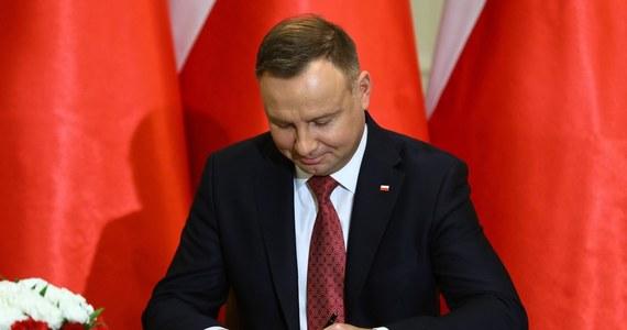 Prezydent Andrzej Duda podpisał ustawę budżetową na 2021 r. - poinformowała w czwartek Kancelaria Prezydenta RP. Przyjęto, że tegoroczny deficyt może sięgnąć 82,3 mld zł, dzięki czemu - według Ministerstwa Finansów - zapewnione będą środki na wzmocnienie polskiej gospodarki dotkniętej pandemią.