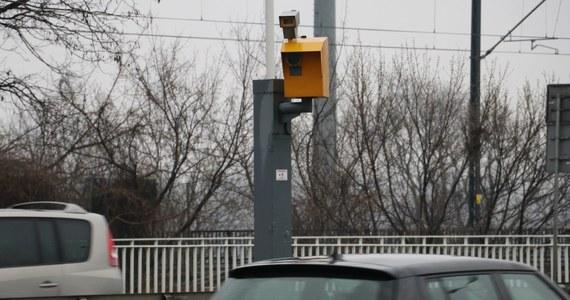 W Warszawie najwięcej zarejestrowanych wykroczeń było na ul. Grójeckiej na Ochocie, gdzie dwa urządzenia przyłapały na przekroczeniu prędkości blisko 30 tysięcy aut. Najmniej naruszeń, bo tylko 60, odnotowano na ul. Rosochata w Wilanowie.