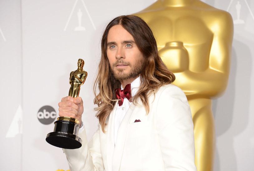 """Jared Leto, amerykański aktor i muzyk, w 2014 roku został uhonorowany Oscarem za drugoplanową rolę w dramacie """"Witaj w klubie"""". Na potrzeby roli transpłciowej kobiety, Leto poddał się imponującej wizualnej metamorfozie, która została doceniona przez widzów i krytyków. Jak się okazuje, gwiazdor nie ma pojęcia, gdzie znajduje się aktualnie jego Oscar. Niedawno zorientował się, że nie widział go już od trzech lat."""