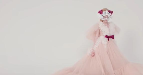 Sławni paryscy dyktatorzy mody patrzą na świat… przez różowe okulary - mimo pandemii koronawirusa. Tak wielu francuskich obserwatorów komentuje kończące się dzisiaj pokazy Haute Couture, czyli ręcznego krawiectwa najwyższej klasy. Kolor różowy ma być bowiem jednym z hitów najbliższej wiosny i lata.