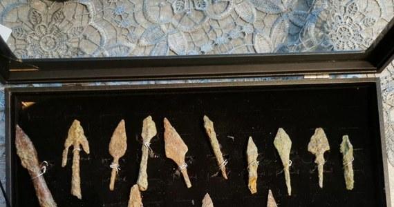 Średniowieczny miecz, akinakes - czyli sztylet z epoki brązu, czy neolityczny topór są wśród zabytków odzyskanych w zeszłym roku przez Wydział Kryminalny Biura Kryminalnego Komendy Głównej Policji. Jak dowiedział się reporter RMF FM, podczas akcji odzyskiwania zabytków z nielegalnych wykopalisk i obrotu funkcjonariusze przejęli ponad 4 tysiące przedmiotów.