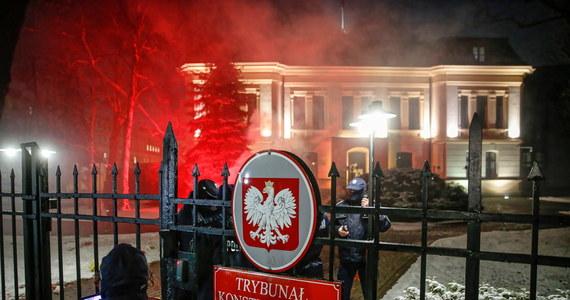 Policja wyprowadziła przy użyciu siły osoby, które po zakończeniu protestu pozostały pod siedzibą Trybunału Konstytucyjnego w Warszawie i nie zgodziły się na wylegitymowanie funkcjonariuszom. Protestujący stawiali bierny opór. 6 z zatrzymanych osób będzie odpowiadać za popełnienie przestępstwa - zapowiedział rzecznik Komendy Stołecznej Policji. Sylwester Marczak poinformował, że w sumie do jednostek policji przewieziono 14 demonstrantów. Czwartek był drugim dniem protestu po tym, jak w środę wieczorem opublikowano w Dzienniku Ustaw wyrok TK z 22 października ws. aborcji.