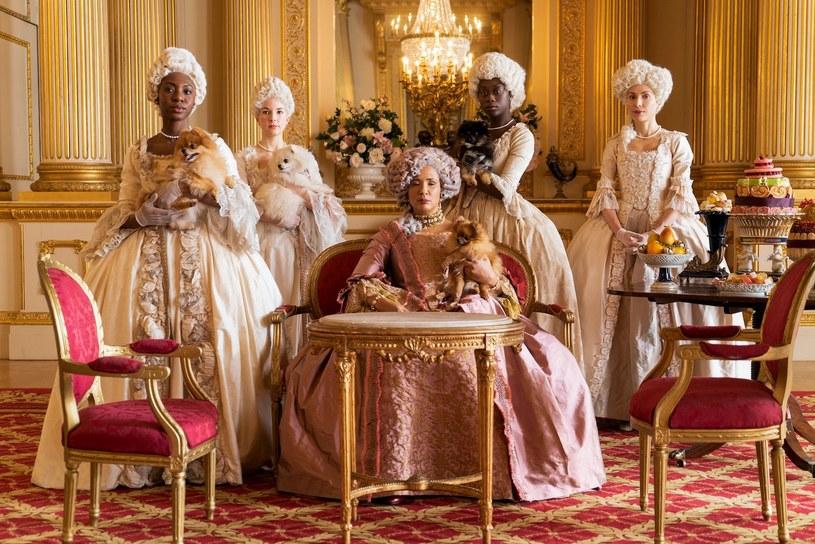 """Gwiazda serialu """"Bridgertonowie"""", Golda Rosheuvel, kreująca postać królowej Charlotty, ujawniła, że noszenie kostiumów stylizowanych na XIX-wieczne nie było najłatwiejsze. Jak się bowiem okazało, wizyta w toalecie była nie lada wyczynem i zajmowała jej nawet pół godziny. I nie była to jedyna niedogodność, jakiej doświadczyła."""