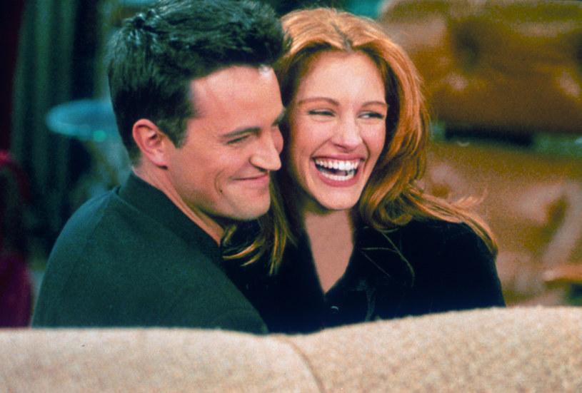 """Przy okazji rozmowy o zbliżającym się Super Bowl, czyli meczu o mistrzostwo NFL, twórcy kultowego sitcomu """"Przyjaciele"""" opowiedzieli o kulisach powstania słynnego odcinka zatytułowanego """"Ten po Superpucharze"""". Gościnnie wystąpiła w nim Julia Roberts. Okazuje się, że Matthew Perry, czyli serialowy Chandler, musiał się nieźle nagimnastykować, by przekonać gwiazdę """"Pretty Woman"""" do udziału w serialu."""