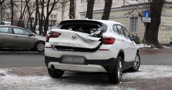Próba wjazdu koparki na lawetę zakończyła się wypadkiem. Zniszczone zostały dwa stojące obok samochody, na szczęście nikt nie ucierpiał.