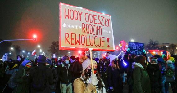 Społeczne zmęczenie i polityczna bezradność - tak najkrócej opisałbym efekty wydarzeń ostatnich tygodni, z których składa się obraz sytuacji w Polsce. Po serii intensywnych wrażeń osiągamy bodaj poziom krytyczny, za którym widać zniechęcenie i apatię.