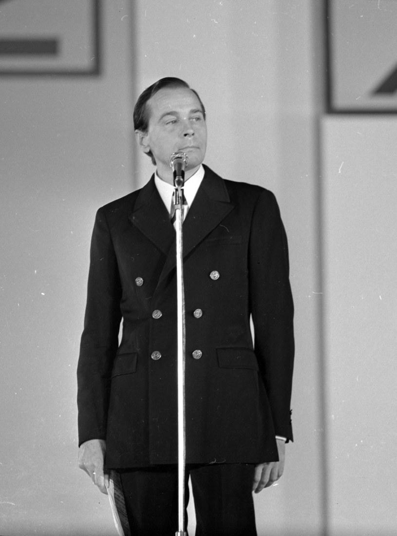 """30 stycznia 2001 roku zmarł Edmund Fetting, aktor i piosenkarz. Zagrał wiele ról teatralnych i filmowych - w pamięci publiczności zapisał się jednak przede wszystkim, jako wykonawca ballady """"Nim wstanie dzień"""", którą Agnieszka Osiecka i Krzysztof Komeda napisali specjalnie dla niego."""
