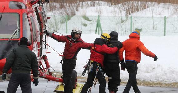 W Tatrach zeszła lawina, zasypując dwie osoby. Na pomoc ruszyli im toprowcy. Polecieli śmigłowcem, mimo że w górach wieje silny wiatr. Na szczęście turyści nie doznali poważniejszych obrażeń.