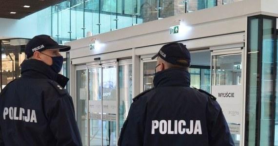 Zamknięcie jednego lokalu rozrywkowego i stwierdzenie naruszenia reżimu sanitarnego w trzech innych klubach to efekt nocnej kontroli w Gdańsku przeprowadzonej przez policję i inne służby.