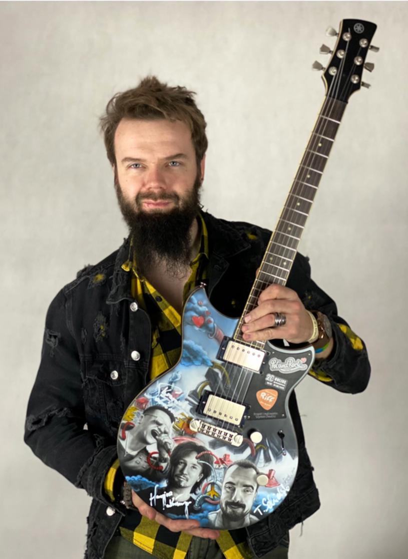 Ponad 49 tys. zł (stan na 31 stycznia, godz. 12) wynosi obecnie cena za specjalną pol'and'rockową gitarę przygotowaną przez Szymona Chwalisza. Instrument z autografami tradycyjnie wystawiony jest na aukcję na rzecz Wielkiej Orkiestry Świątecznej Pomocy.