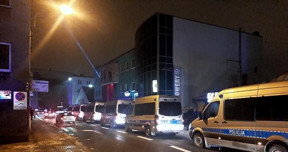 Ok. 150 policjantów interweniowało w otwartym mimo zakazu klubie w Rybniku. Podczas przepychanek funkcjonariusze użyli ręcznych miotaczy gazu, pałek, granatów hukowych i strzelali z broni gładkolufowej. Zatrzymano trzy osoby, ranni zostali dwaj policjanci, uszkodzono dwa radiowozy.