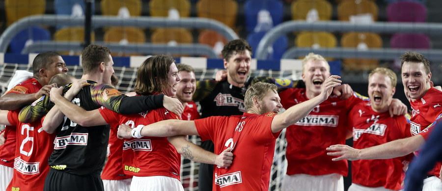 Piłkarze ręczni Danii zdobyli złoty medal mistrzostw świata w Egipcie. W finale w Kairze pokonali Szwecję 26:24 (13:13). Wcześniej w meczu o brąz Hiszpania wygrała z Francją 35:29 (16:13).