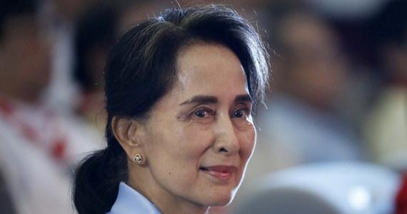 Birmańska armia ogłosiła stan wyjątkowy i przejęcie na okres roku władzy w kraju. Wojskowi aresztowali laureatkę Pokojowej Nagrody Nobla, liderkę rządzącej w Birmie Narodowej Ligi dla Demokracji (NLD) Aung San Suu Kyi i innych czołowych polityków tej partii.