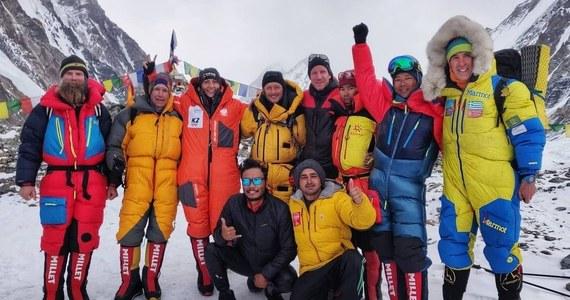 """Międzynarodowa grupa himalaistów rozpoczęła kolejny tej zimy atak szczytowy na K2. 16 stycznia pierwszego zimowego wejścia w historii dokonało dziesięciu Nepalczyków. Teraz ich wyczyn chce powtórzyć między innymi Polka Magdalena Gorzkowska. """"Przed nami okno pogodowe, kilka dni pozwalających na atak szczytowy, więc jestem zdecydowana, żeby je wykorzystać"""" - powiedziała Polka przed wyjściem z bazy."""