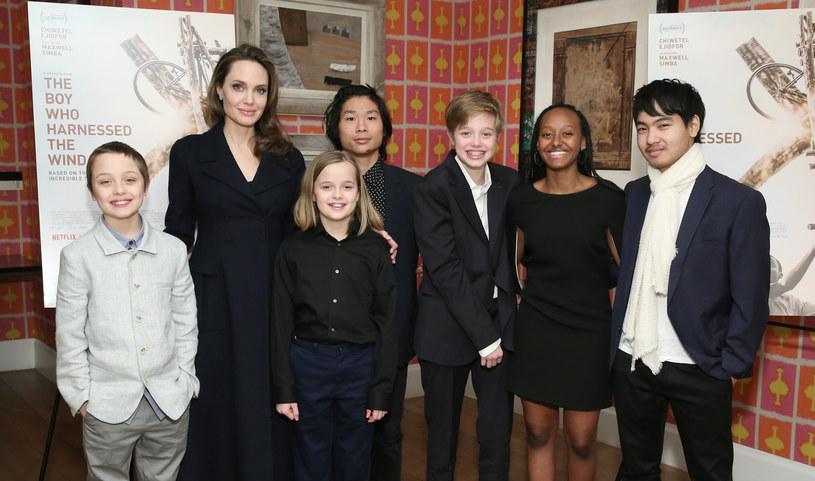 """Angelina Jolie w najnowszym wywiadzie opowiedziała o swoich doświadczeniach związanych z macierzyństwem, które - jak sama przyznała - zaskoczyło ją pod wieloma względami. Aktorka zdradziła, że wciąż nie czuje się kompetentna w roli matki. """"Brakuje mi jakichkolwiek umiejętności, aby być tradycyjną mamą siedzącą w domu. Radzę sobie, bo dzieci bardzo mi pomagają, ale wcale nie jestem w tym dobra"""" - wyznała szczerze gwiazda."""