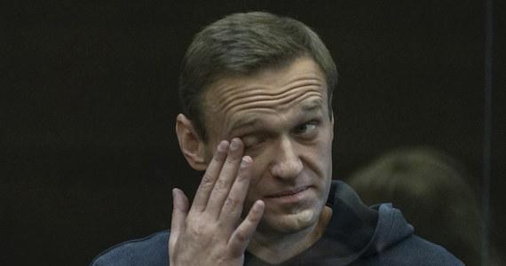 Aleksiej Nawalny trafi do kolonii karnej: taki wyrok wydał właśnie w procesie rosyjskiego opozycjonisty sąd w Moskwie. Do łagru Nawalny ma trafić na 2 lata i 8 miesięcy. Wyrok nie jest prawomocny, a adwokaci opozycjonisty zapowiedzieli złożenie apelacji. Mają na to 10 dni. Do czasu uprawomocnienia się wyroku Nawalny ma pozostać w areszcie śledczym. Rozprawa odbywała się przy bezprecedensowych środkach bezpieczeństwa. W okolicach gmachu sądu policja zatrzymała ponad 320 zwolenników opozycjonisty.