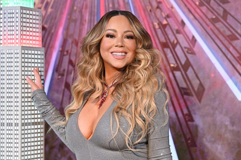 """We wrześniu 2020 r. na rynku ukazała się autobiografia Mariah Carey pt. """"The Meaning of Mariah Carey"""". Ta publikacja doprowadziła do szału jej starszą siostrę Alison, którą piosenkarka oskarżyła o to, że m.in. podawała jej valium i namawiała do prostytucji. Kobieta pozwała ją za rzekome kłamstwa i domaga się 1,25 mln dolarów zadośćuczynienia."""