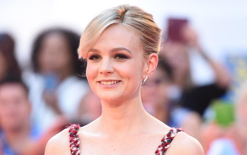 """Pod koniec stycznia do katalogu Netflixa trafił wyczekiwany dramat biograficzny """"Wykopaliska"""", w którym główne role zagrali Ralph Fiennes i Carey Mulligan. O ile do aktora nikt nie ma pretensji, to wybór odtwórczyni głównej roli żeńskiej oburzył część widzów. I nie chodzi tu wcale o umiejętności brytyjskiej aktorki, ale o jej wiek. Według odbiorców jest ona zwyczajnie za młoda do tej roli. """"Kobiety po czterdziestce są nadal niewidoczne w popkulturze"""" - grzmią komentatorzy."""