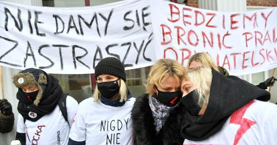 """""""Jesteśmy w momencie absolutnego koszmaru, faktem stał się prawie całkowity zakaz aborcji w Polsce, ale nie tracimy nadziei"""" - powiedziała liderka Strajku Kobiet Marta Lempart. Organizacje kobiece przedstawiły projekt ustawy dopuszczającej aborcję do 12. tygodnia ciąży bez pytania kobiety o powód."""