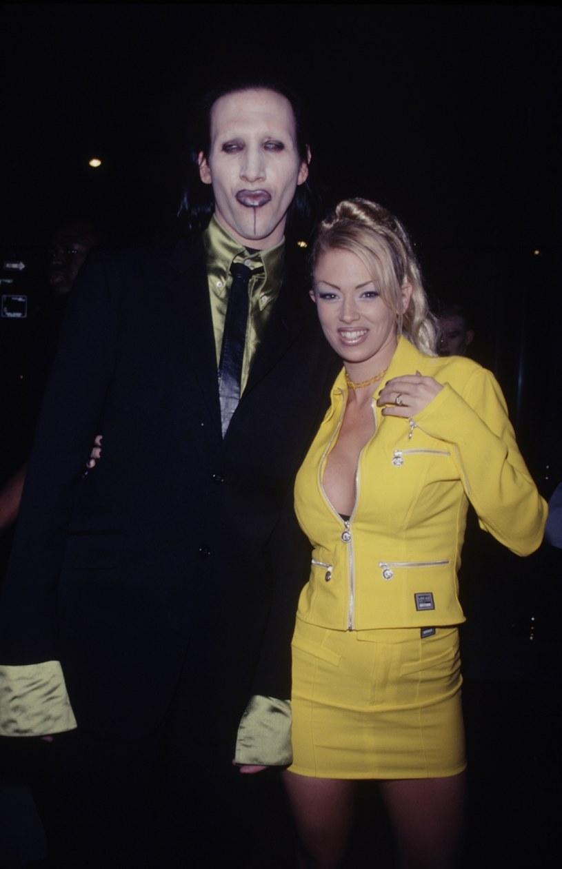 Kilka dni temu aktorka Evan Rachel Wood wyznała, że Marylin Manson znęcał się nad nią psychicznie i fizycznie, gdy byli parą. Jej zwierzenia sprawiły, że na temat piosenkarza zaczęły się wypowiadać inne kobiety, które były z nim związane. Teraz głos zabrała jego kolejna eks – dawna gwiazda porno, Jenna Jameson. Wyznała, że piosenkarz fantazjował o spaleniu jej żywcem, a w trakcie intymnych zbliżeń lubił ją gryźć