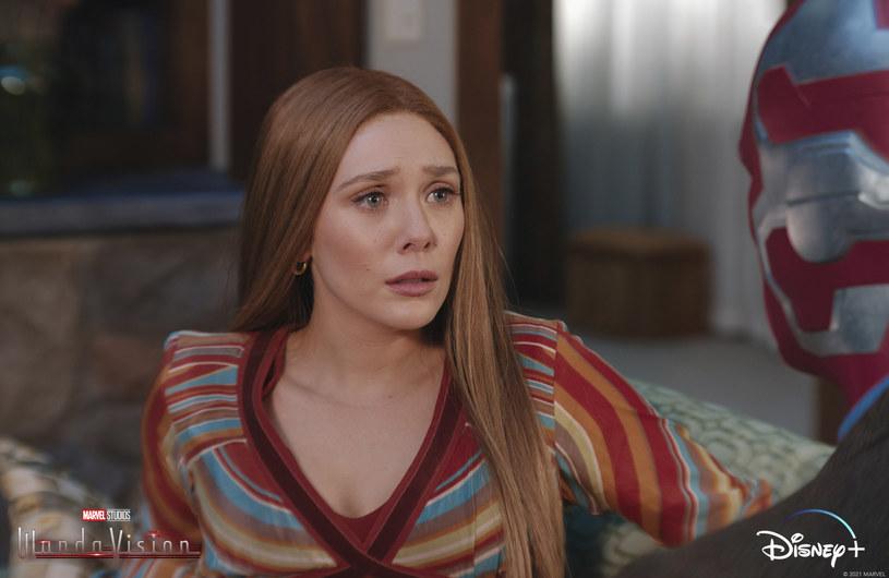 """Wyemitowany w ubiegły piątek 29 stycznia czwarty odcinek serialu """"WandaVision"""" zachwycił fanów, bo przyniósł odpowiedzi na kilka pytań, które nasuwały się po pierwszych trzech odcinkach. To jednak nie koniec niespodzianek w tym serialu Marvela. Występująca w jednej z głównych ról Elizabeth Olsen zapowiada, że w jednym z kolejnych odcinków pojawi się tajemniczy aktor, którego występ można porównać ze słynnym pojawieniem się pewnej znanej postaci w serialu """"The Mandalorian""""."""