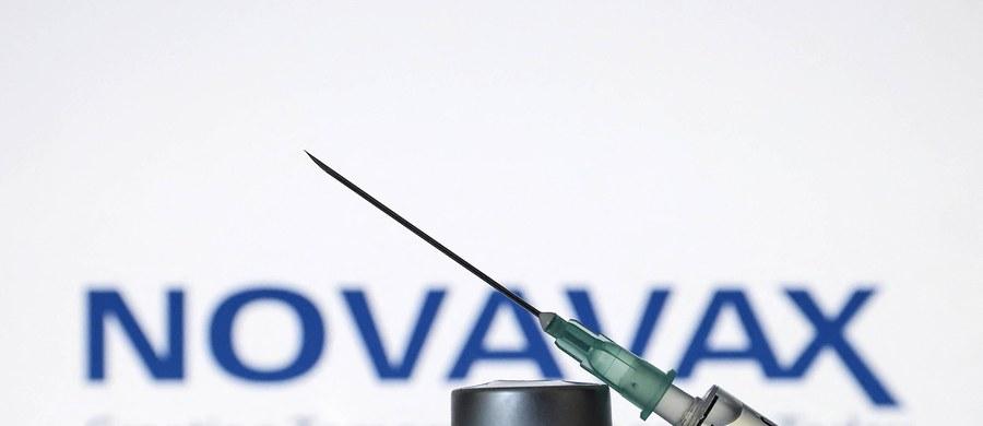 Europejska Agencja Leków (EMA) podjęła w środę przyspieszoną ocenę w sprawie preparatu firmy Novavax. To podjednostkowa szczepionka, która zawiera białko wirusa, przeciw któremu organizm wytwarza przeciwciała. Jej producentem jest amerykańskie przedsiębiorstwo biotechnologiczne założone w 1987 roku, z siedzibą w Gaithersburgu w stanie Maryland.