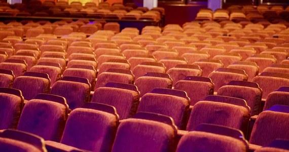 """""""Od piątku 12 lutego otwarte zostaną kina i teatry. Dostępnych będzie 50 proc. miejsc. To decyzja rządu w sprawie luzowania obostrzeń, wprowadzonych w związku epidemią koronawirusa. To strategia krok po kroku"""" – mówił na konferencji prasowej premier Mateusz Morawiecki."""