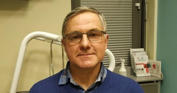 Covid-19 dotyka nie tylko układu oddechowego, ale też sercowo-naczyniowego. Pacjenci, którzy przeszli zakażenie koronawirusem łagodnie wcale nie są zabezpieczeni przed występowaniem późnych powikłań tej choroby. U niektórych pacjentów, nawet po kilku miesiącach występują nasilenia procesu zapalnego mięśnia serca, czy objawy zatorowości płucnej - mówi RMF FM dr Jacek Bednarek. Specjalista kardiolog i elektrokardiolog ze Szpitala im. Jana Pawła II w Krakowie, który sam przeszedł Covid-19 i wciąż odczuwa skutki tej choroby, nie ukrywa, że pandemia będzie miała konkretny, negatywny wpływ na opiekę nad pacjentami kardiologicznymi w Polsce.