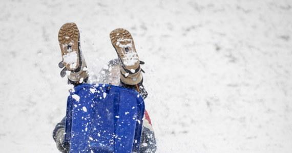 Zimno, pochmurno i z opadami śniegu - tak można opisać prognozę pogody Instytutu Meteorologii i Gospodarki Wodnej na najbliższe dni. W poniedziałek termometry mogą pokazać nawet -12 st. C. Mróz ma utrzymywać się także we wtorek. Synoptycy przewidują wystąpienie zawiei i zamieci śnieżnych.