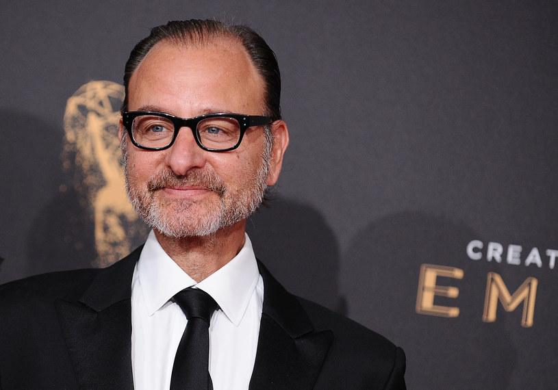 Fisher Stevens to amerykański aktor, reżyser, producent i scenarzysta. W trzynastym odcinku pierwszej serii kultowego sitcomu wcielił się rolę Rogera. Po 25 latach od pierwszej emisji tego odcinka przyznał, był tak wkurzony zmianami w pierwotnym scenariuszu, że wyładował się na obsadzie.