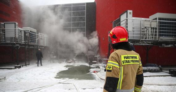 Strażacy już od sobotniego wieczoru walczą z pożarem w archiwum Urzędu Miasta Krakowa, który wybuchł w sobotę wieczorem. Mimo podjęcia w nocy kolejnych działań – użycia wentylatora oddymiającego i wprowadzenia do wnętrza hal lekkiej piany – pożaru nie udało się ugasić. Strażacy zdecydowali o rozebraniu części ściany płonącej hali archiwum, by móc dalej gasić pożar. Decyzja w tej sprawie została podjęta po ustaleniach z Inspektoratem Nadzoru Budowlanego i obecnym na miejscu projektantem budynku.