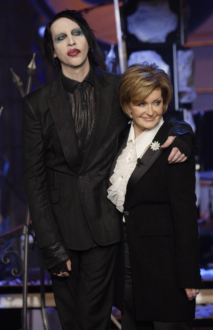 """Sharon Osbourne jest zarówno żoną, jak i menedżerką """"Księcia ciemności"""". Przez ostatnich 25 lat blisko współpracowała także Marilynem Mansonem, którego była partnerka Evan Rachel Woods oskarżyła o znęcanie się fizyczne, psychiczne i seksualne. Teraz musiała się z tej znajomości wytłumaczyć."""