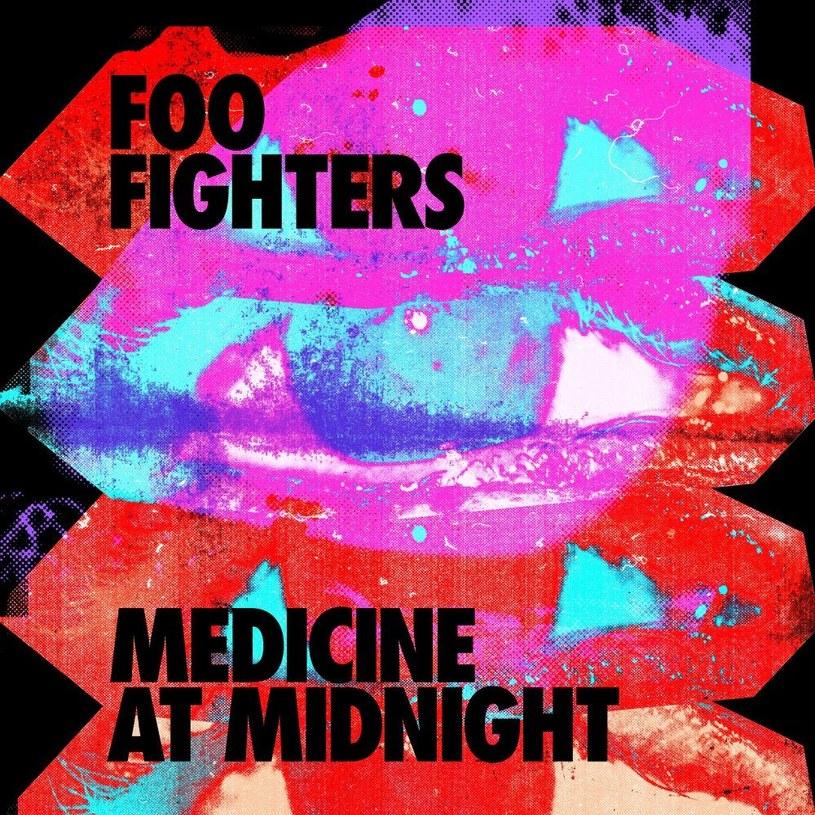 """""""Medicine at Midnight"""" to celebracja 25-lecia działalności artystycznej Foo Fighters. Płyta miała towarzyszyć zespołowi podczas epickiej światowej trasy koncertowej z tej okazji. I chociaż z oczywistych powodów koncertów na razie nie będzie, to FF ponownie stworzyli album będący właśnie tym: dodatkiem do trasy koncertowej."""