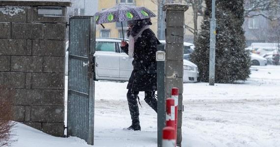 """Instytut Meteorologii i Gospodarki Wodnej wydał w poniedziałek ostrzeżenia w związku z intensywnymi opadami śniegu. W całym kraju obowiązują ostrzeżenia pierwszego stopnia, na południu stopnia drugiego, a na Lubelszczyźnie i Podkarpaciu miejscami najwyższego, trzeciego stopnia. Instytut ostrzega także przed silnym wiatrem i gołoledzią. """"Najbliższy tydzień przyniesie pogłębienie zimowych warunków. Należy spodziewać się mrozu, którego odczuwalność pogłębią intensywne podmuchy wiatru i zamiecie. Na wschodzie i w centrum można się spodziewać 15 cm śniegu. Intensywne opady śniegu mają powrócić w czwartek - informuje IMGW."""
