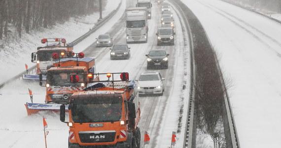 Nad środkową i wschodnią Europą przetaczają się burze śnieżne. Temperatury spadły znacznie poniżej zera i w niektórych regionach drogi są praktycznie nieprzejezdne z powodu oblodzeń. Holandia i Wielka Brytania zagrożone są orkanem Darcy. We Francji z kolei są powodzie.