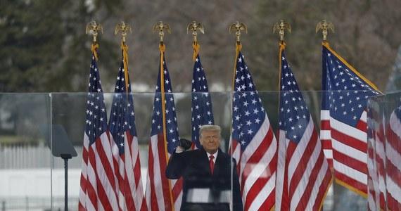 """W przeddzień procesu w sprawie impeachmentu Donalda Trumpa doszło do kolejnego starcia opinii jego obrońców i oskarżycieli z Izby Reprezentantów. Pierwsi nazwali impeachment """"teatrem politycznym"""". Drudzy mówili o roli prezydenta w """"podżeganiu do insurekcji""""."""